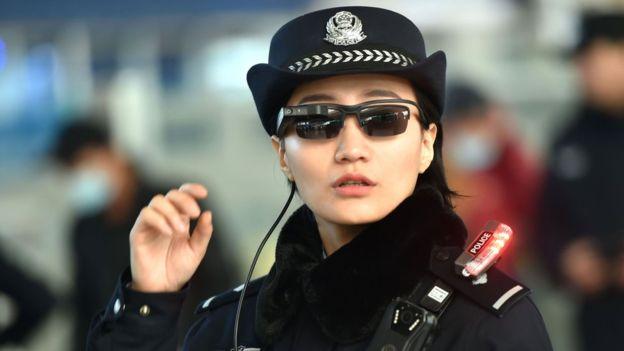 En China, la policía usa gafas de reconocimiento facial.